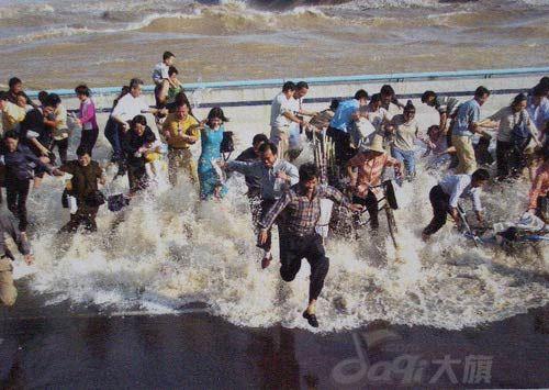 A tidal bore of 2002 (18 photos)