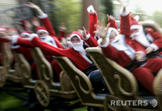Santas took over the whole world (57 photos)