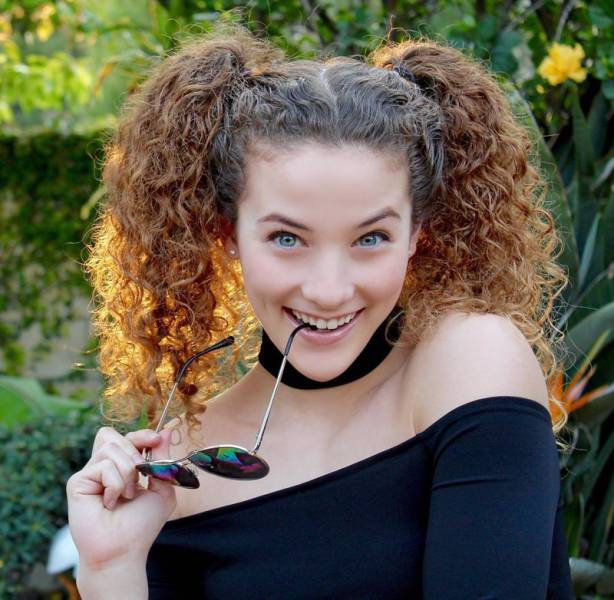 Sofie Dossi Is Flexible To The Point Of Being Overhuman