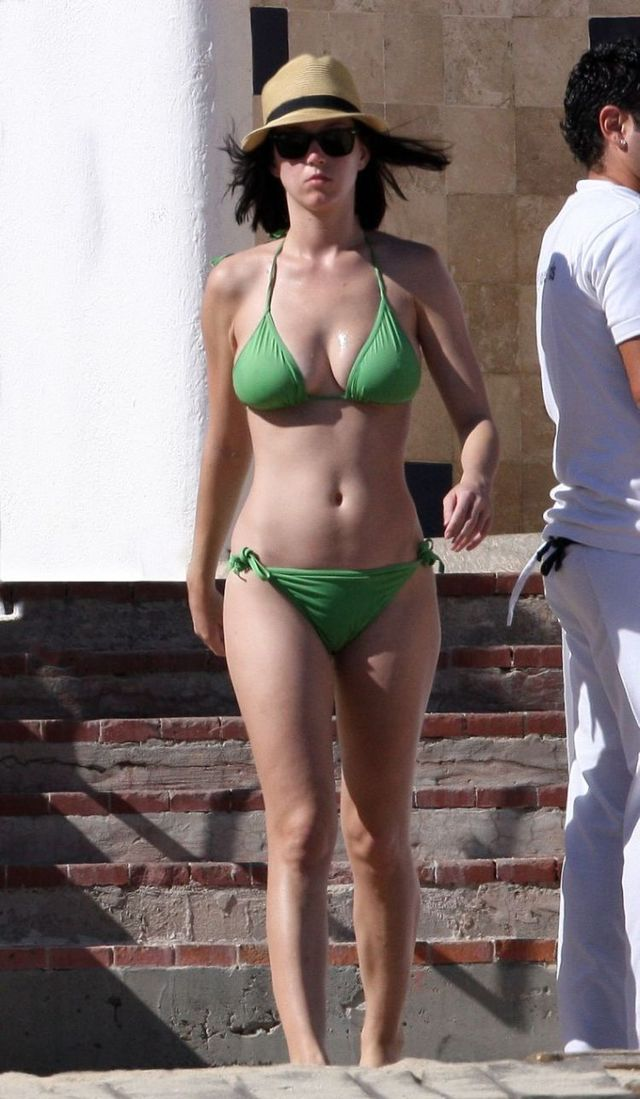 Katy Perry in bikini (7 photos)