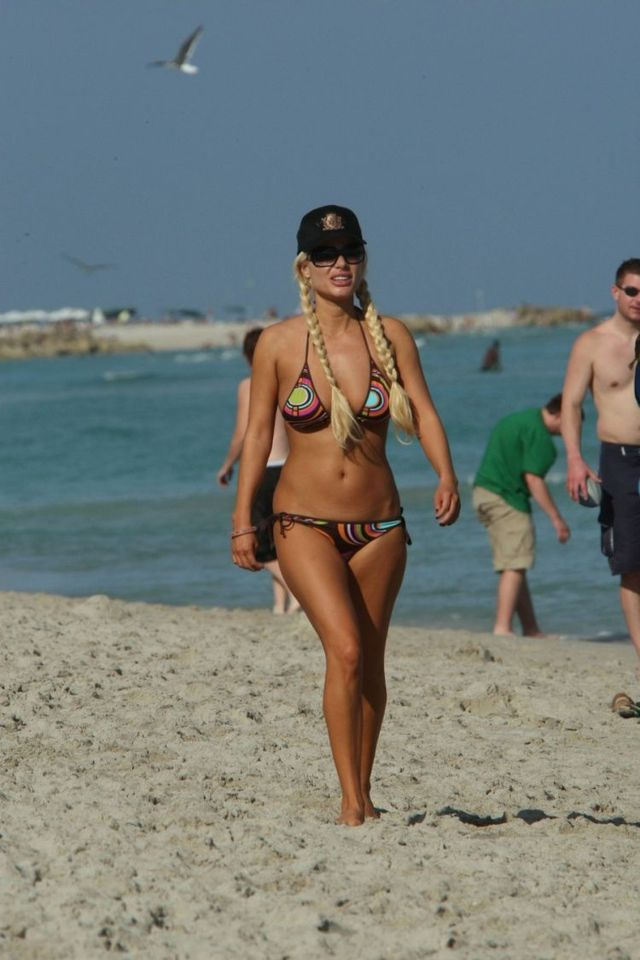 Victoria Silvstedt in bikini. She looks great (4 photos)