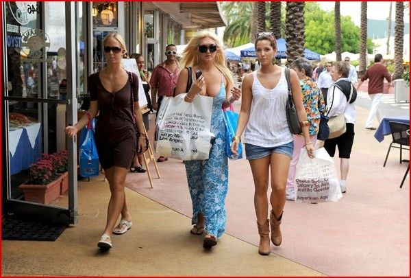 Brooke Hogan with her friends when shopping (5 photos)