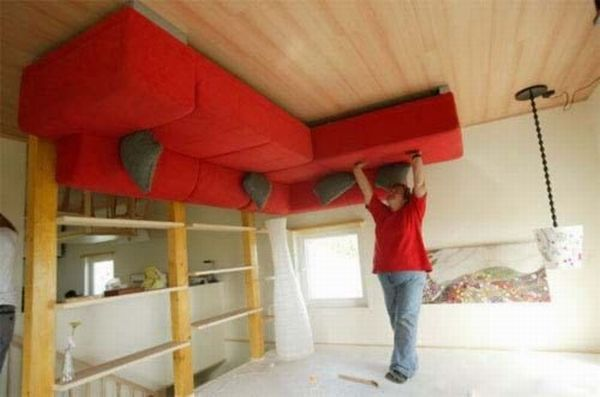 An upside down house (9 photos)