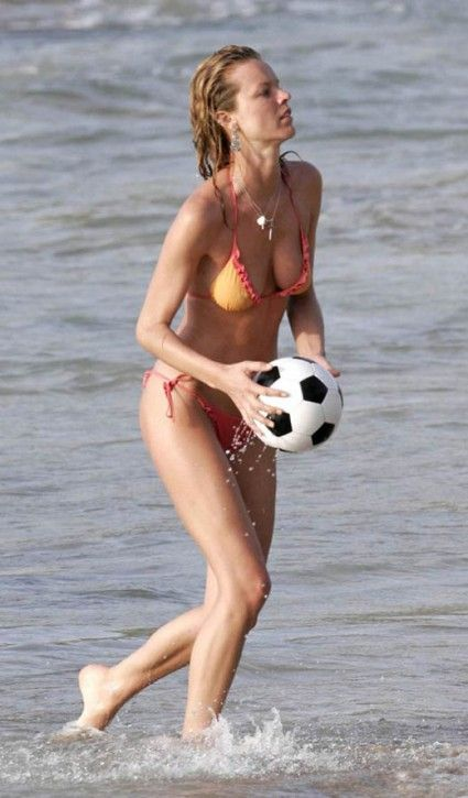 Eva Herzigova on the beach (7 photos)