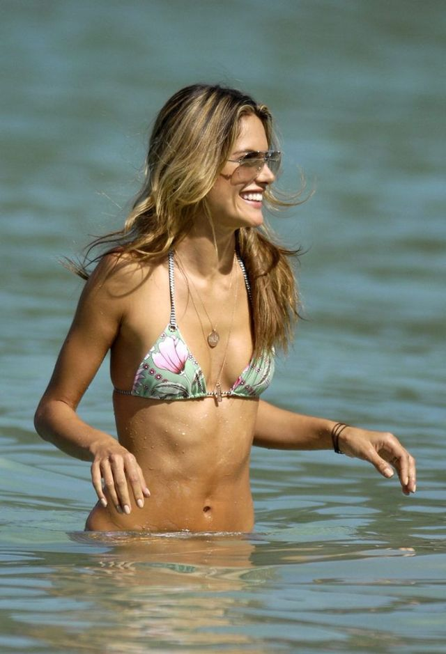 And again Alessandra Ambrosio on the beach (18 photos)