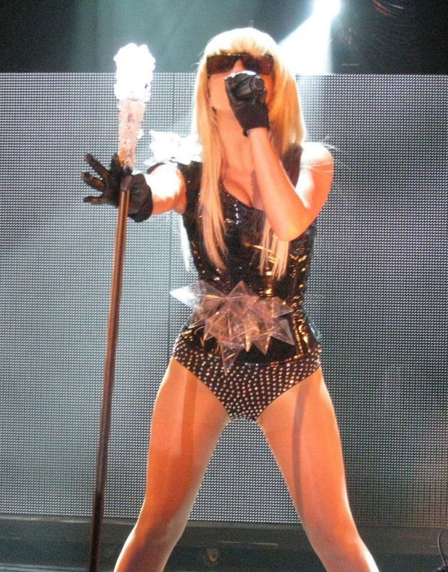 Lady Gaga sexy performance (9 photos)