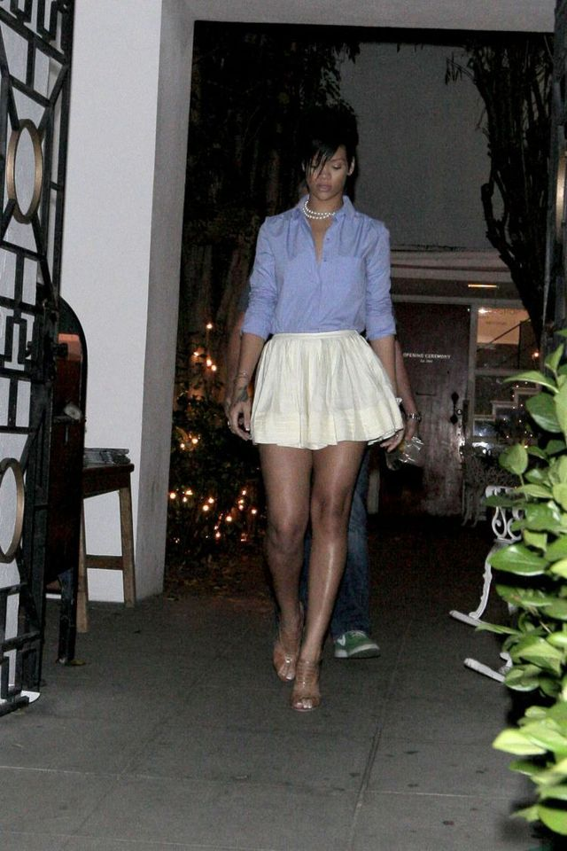 Rihanna and her beautiful legs (9 photos)