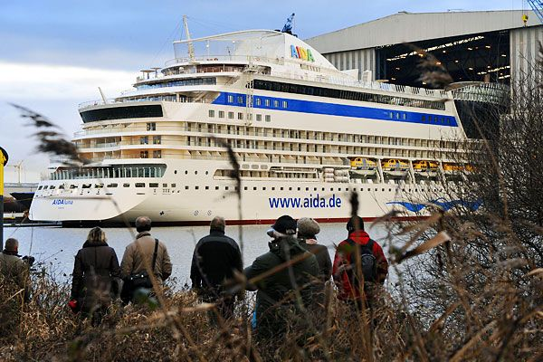 AIDALuna Cruise ship was put on the water (10 photos)