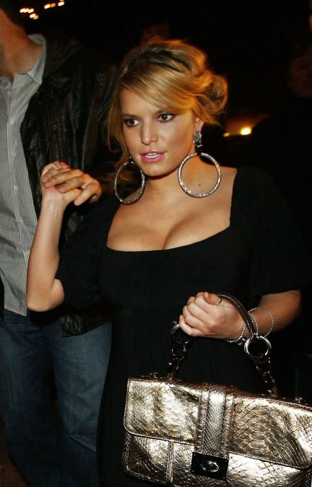 Jessica Simpson isn't in the shape yet (9 photos)
