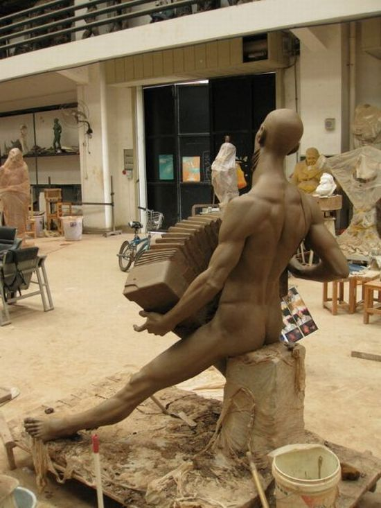 Creepy sculpture (11 photos)