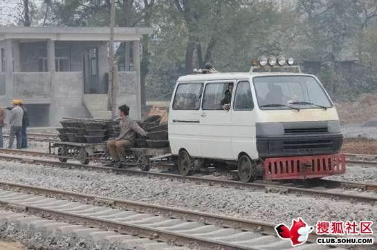 What they drive on rail tracks in China (3 photos)