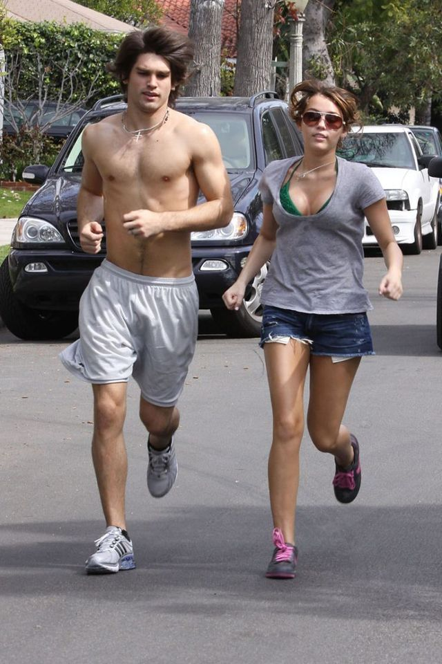 Miley Cyrus during her morning jogging (17 photos)