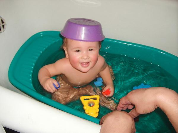 Babies taking a bath (40 photos)
