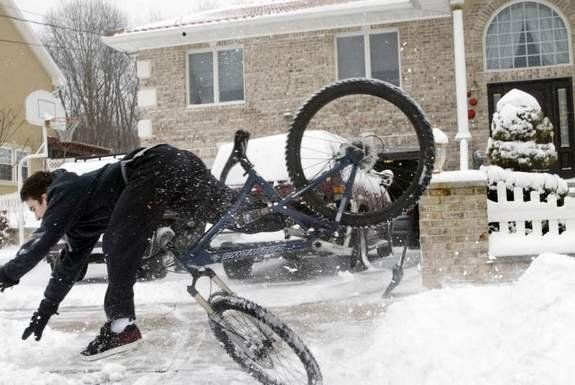 Bad jump of a bicycle rider (3 photos)