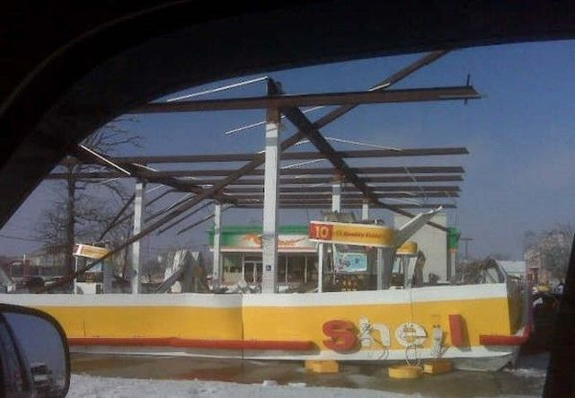 Sometimes gas-stations can be really dangerous (4 photos)