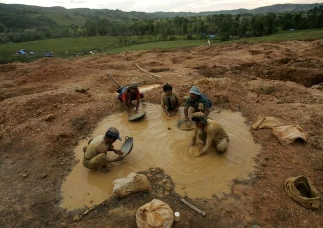 Gold mining in Indonesia. No comment… (9 photos)