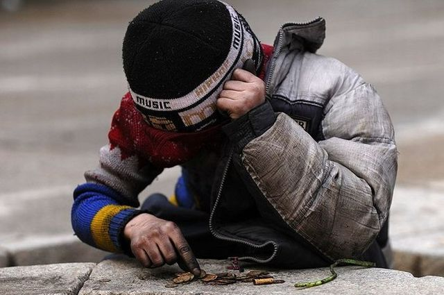 Homeless children take money from the monument for the eternal flame (6 photos)