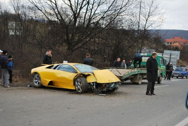 Two almost identical Lamborghinis crashed the same day (8 photos)