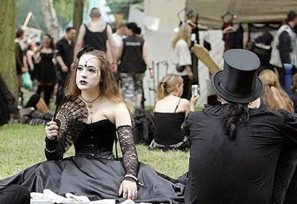 Some festival with Goths (16 photos)