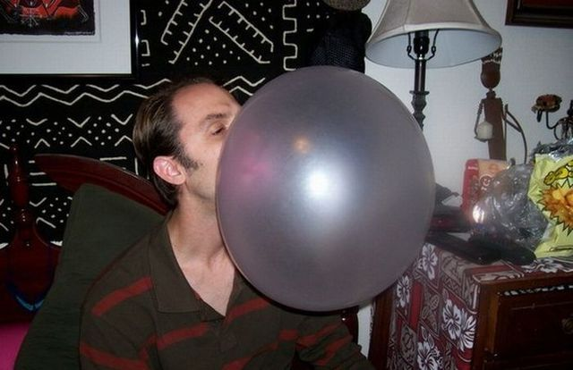 Huge chewing gum bubble (4 photos)