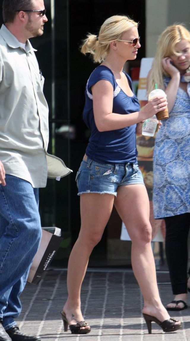 Britney Spears in shorts at starbucks (8 photos)