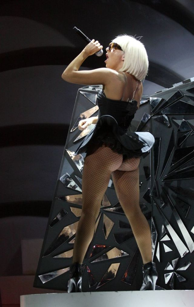 Lady Gaga butt performance (10 photos)