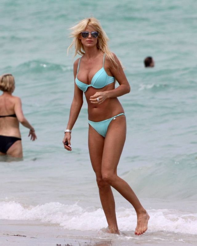 Victoria Silvstedt on the beach in Miami (13 photos)
