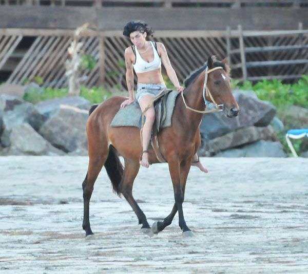 Amy Winehouse decided to ride a horse (9 photos)