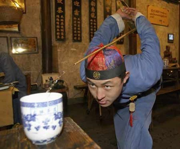 How to pour tea in Chinese way (5 photos)