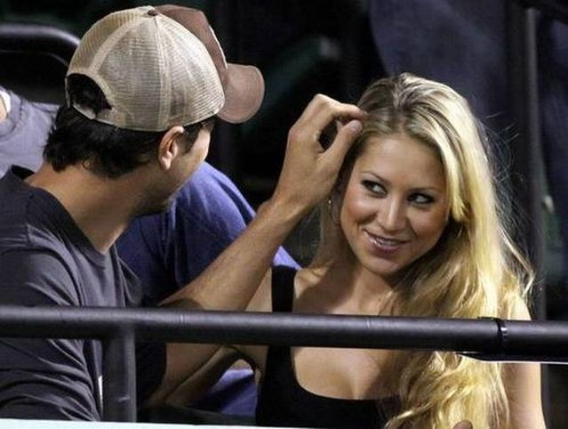 Enrique Iglesias and Anna Kournikova at a tennis match (7 photos)