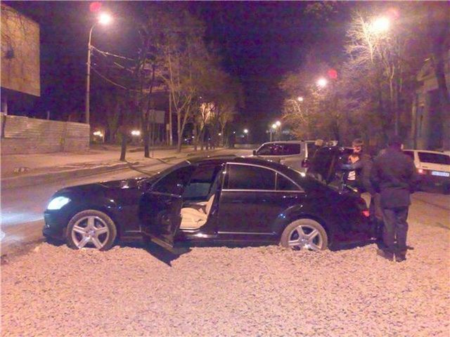 The car was bogged in the gravel (14 photos)