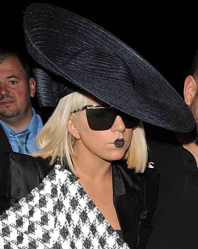 Another extravagant outfit of Lady Gaga (6 photos)