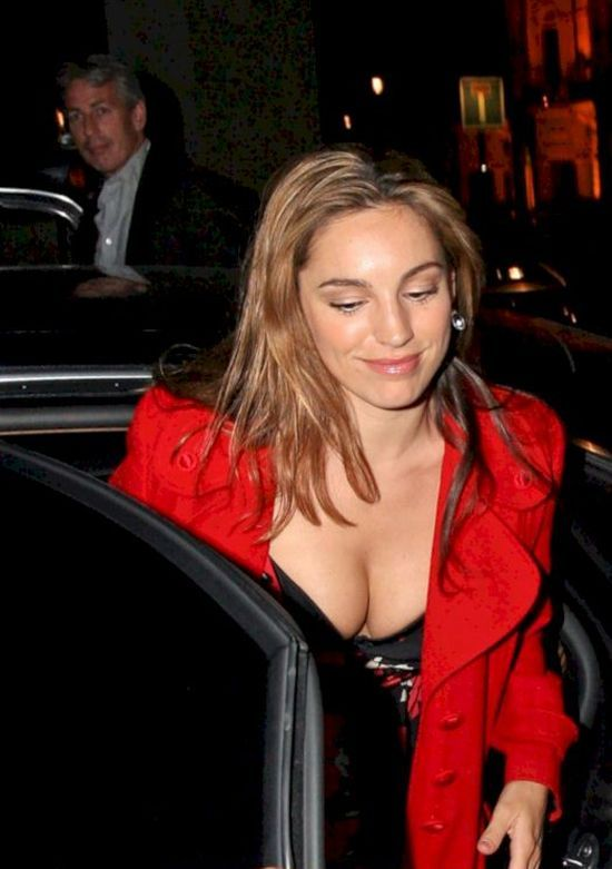 Kelly Brook gives us a nice view (5 pics)