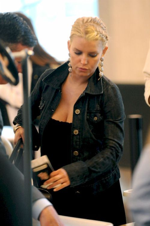 Jessica Simpson at the airport (6 pics)