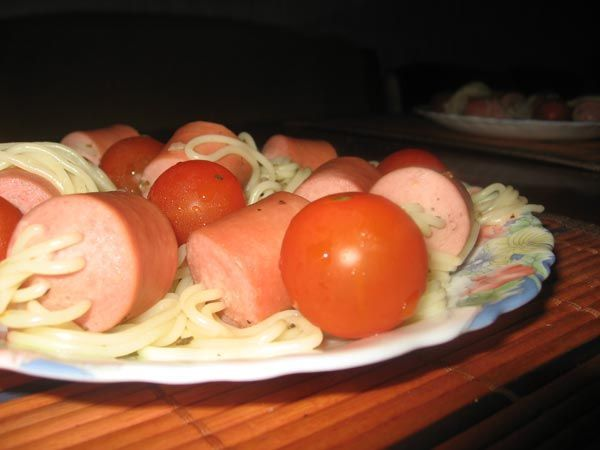 How to eat sausages and spaghettis with fun! (12 pics)