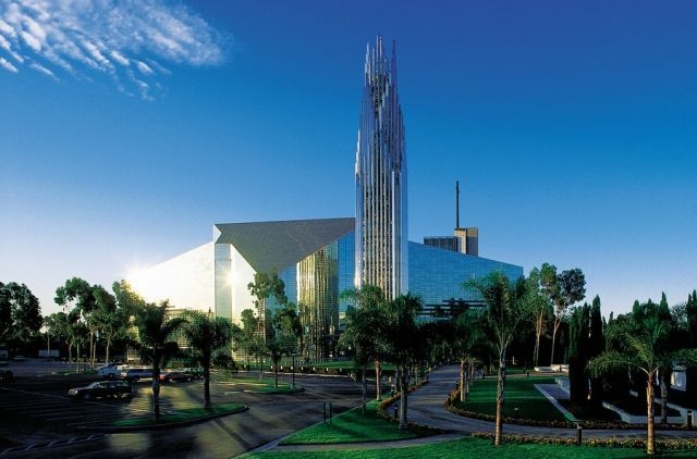 http://izismile.com/img/img2/20090918/the_crystal_cathedral_00.jpg