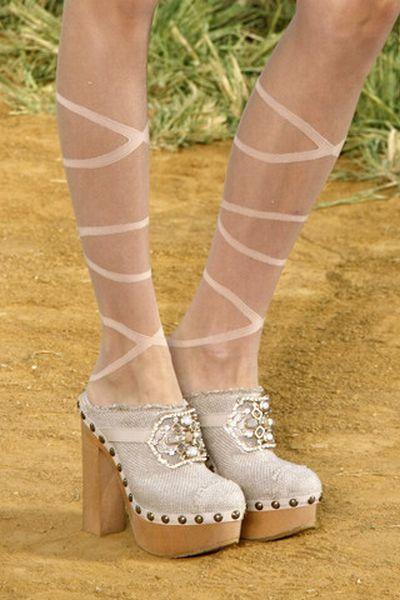 http://izismile.com/img/img2/20091013/bonus//8/fashion_footwear_11.jpg