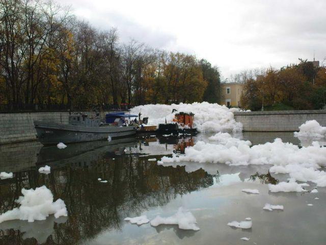 river foam 04 - A river full of foam