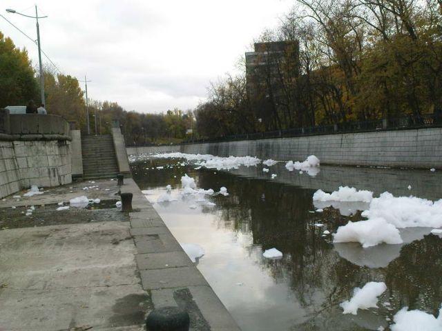 river foam 06 - A river full of foam