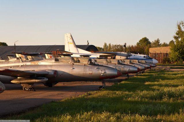 废弃的机场有很多旧式飞机,直升机和卡车.
