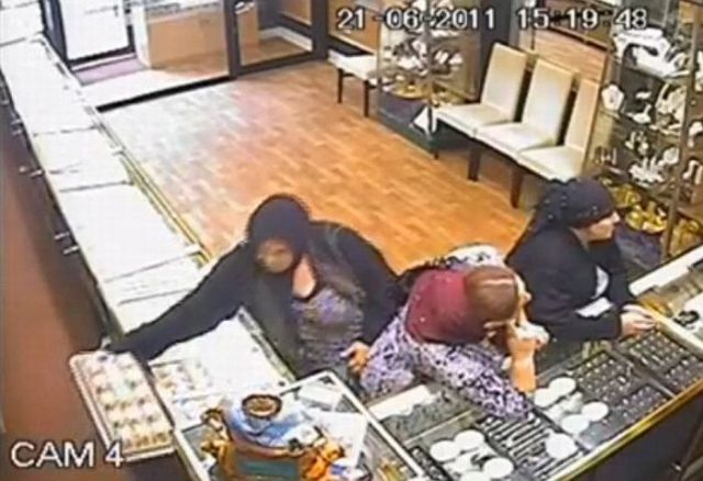 Jewelry Thieves Caught on Camera