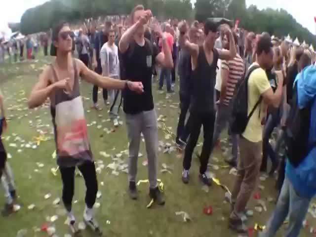 When Dutch Ravers Dance to 'Yakety Sax'  (VIDEO)